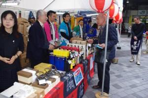 本格焼酎の街頭試飲・販売に大勢の人が訪れた=31日、東京・有楽町駅前広場