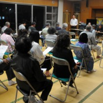 大和村議会基本条例特別委員会と地域住民が意見交換した語る会=24日、大棚公民館