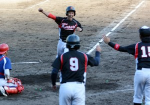 【決勝・十回表】笠利、鈴倉将の二塁打で生還する二走の吉原大平=24日、市民球場