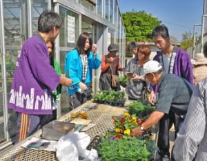 大勢の来場者でにぎわった徳之島高校の農場祭=6日、伊仙町