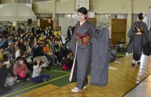 奄美看護福祉専門学校の学生がモデルとして登場し、若者向けの大島紬の着こなしを提案したファッションショー=15日、奄美市名瀬