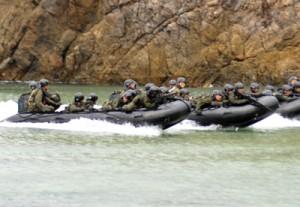 約30人がゴムボートに分乗して実施した着上陸訓練