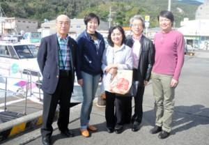 観光で加計呂麻島などを訪れた昭恵さん(左から2人目)ら=5日、瀬戸内町古仁屋