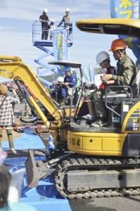 建設重機の体験乗車を楽しむ子どもら=23日、奄美市の名瀬港長浜観光船バース