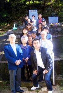 死亡した住民40人の慰霊碑を訪れた晶貴さんの家族=23日、奄美市笠利町外金久