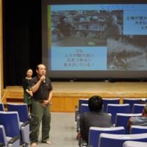 試写会後、感想を述べる来場者=28日、和泊町のあかね文化ホール
