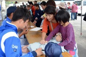 横浜DeNA秋季キャンプ。初の紅白戦と、ファンを喜ばせたサイン会=16日、奄美市名瀬運動公園