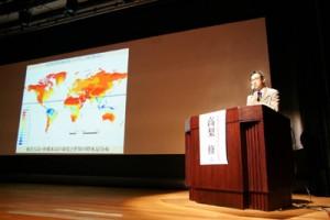 奄美・琉球の環境、地理的特徴を考察した高梨学芸員=22日、沖縄県立博物館・美術館