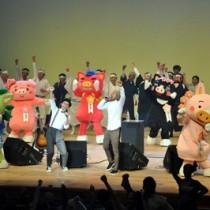 カサリンチュが制作したイメージソング「タイムカプセル」の大合唱で盛り上がったプレ国民文化祭・県民文化フェスタ=1日、鹿児島市山下町