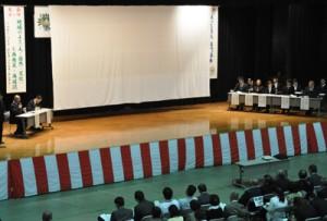 5町村の代表が活動の課題を話し合ったシンポジウム=30日、伊仙町