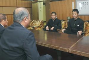 全国都道府県対抗中学バレーボール大会に向けて意気込みを語った三井君と山下君(右から)=20日、奄美市役所