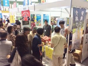 奄美の産品も人気を集めた沖縄県離島フェア=16日、セルラーパーク那覇