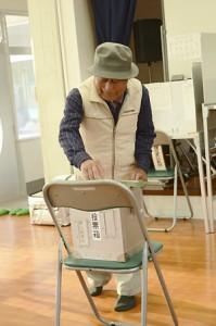 繰り上げ投票で一票を投じる有権者=13日、瀬戸内町の池地公民館