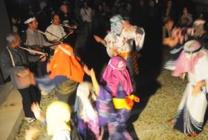 家々を踊り回って家内安全などを祈願したムチムレ踊り=7日、大和村湯湾釜