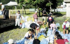 PTAと協力して校区の各家庭から空き缶やペットボトルを回収し、リサイクルを推進=9月、住用小学校(提供写真)