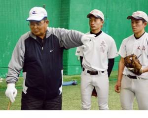 厳しく、熱意を込めて技術指導する小倉さん=20日、名瀬運動公園