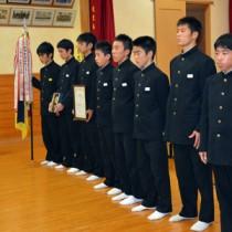 朝日男子の駅伝メンバー。6区1位の大山は右から2人目(11月の壮行会)