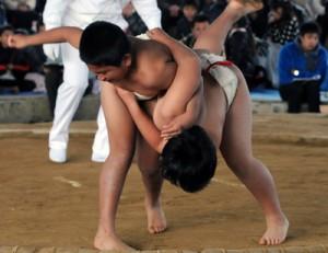 個人3年決勝】大吉(右)を下して優勝した東=6日、和泊町の笠石ドーム