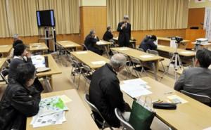 戦争遺跡の保存や活用について意見を交わす参加者=25日、奄美図書館