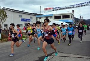 日本復帰記念・龍郷町ロードレース10㌔のスタート=21日、龍郷町玉里地区