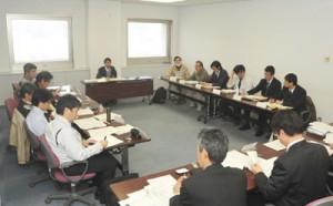 外来種番付の作成公表も見込む県外来種対策検討委員会の初会合=2日、鹿児島市の県庁