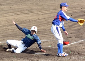 六回裏、オール奄美安田が生還して同点に追い付く=13日、名瀬運動公園市民球場