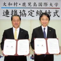連携協定を結んだ大和村の伊集院村長(左)と鹿児島国際大学の津曲学長=21日、大和村役場