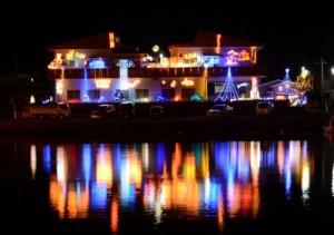 瀬戸内町古仁屋の山畑運送。水面(みなも)に反射する七色の光が印象的。12月末まで