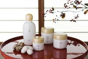 原料繭生産に供給される桑の畑=奄美大島 写真=② アーダン商品の一部。添えられているのは奄美大島産の繭と黒糖