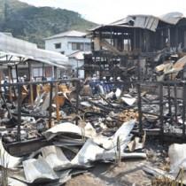 4棟を全焼した火災現場=23日、宇検村湯湾