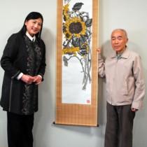 寄贈された「日廻草」と野中健一さん(右)、宮崎緑館長=6日、田中一村美術館