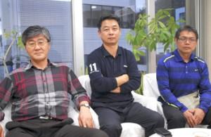 奄美を訪れた咸鍾錫さん、曺又鉉さんと、仲介した平島孝一さん(左から)=奄美市
