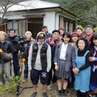 ロケを行っている(前列右から)MIINAさん、叶さん、KANONさんとスタッフ=18日、瀬戸内町花天