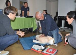 心肺蘇生法やAEDの使い方を学んだ講習会=9日、奄美市名瀬のホテル