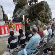 母間騒動の記念碑をお披露目した除幕式=21日、徳之島