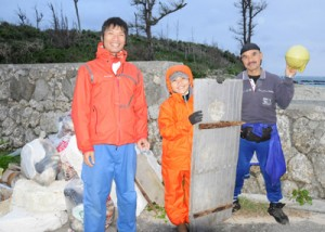 26日の活動に参加したメンバー=与論町の赤崎海岸