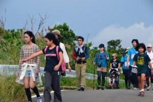 島の自然や歴史、料理を楽しみながら歩いたヨロンパナウル健康ウォーク=11月30日、与論町