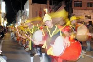 電飾とパレードなどでにぎわったクリスマスイルミネーションフェスタ=25日、与論町茶花の銀座通り