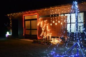 与論町東区の里見暢朋さん宅。「子どもが喜ぶので、毎年頑張って飾り付けしています」