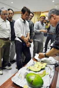 研修会で国産のアボカドを試食する生産者ら=1日、奄美市名瀬のAiAiひろば