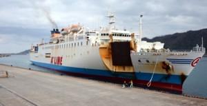 最後の航海で名瀬港に入る飛龍21=7日、奄美市名瀬