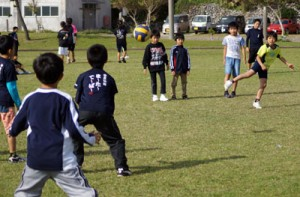 ドッジボールを楽しむ小学生=7日、塩道長浜公園