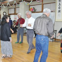 社交ダンスを楽しむ会員=24日、知名町老人福祉センター