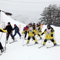 スキーを楽しむ宇検村の児童ら=26日、宮城・七ケ宿町(提供写真)