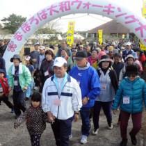 過去最多となる700人が参加し、爽やかな汗を流したまほろば大和ウオーキング大会=25日、大和村の奄美フォレストポリス