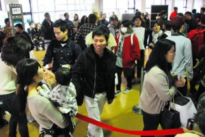 Uターンの帰省客や見送り客などで混雑する奄美空港の出発ロビー=4日、奄美市笠利町