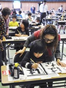 指導を受けながら熱心に練習する参加者=5日、和泊町民体育館