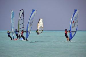 18人が熱戦を繰り広げたウインドサーフィン大会=10日、与論島・大金久海岸