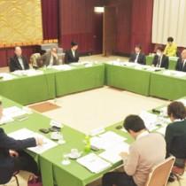 世界自然遺産登録へ向けて取り組むべき課題について2カ年の意見を集約した県の検討会=28日、奄美市名瀬