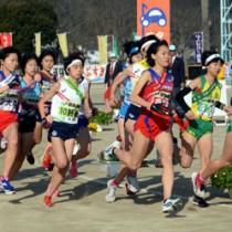 隼人運動場をスタートする大島地区の久保(左から2人目)ら各地区の選手たち=25日、霧島市
